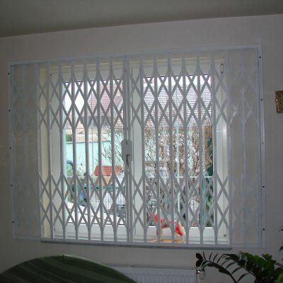 9.8 – Ablakvédelem belül ollósrács